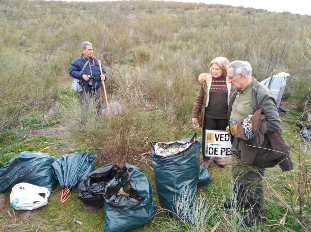 Llevan a cabo una mejora ambiental en el río Tajo en Castrejón retirando 2.000 litros de residuos