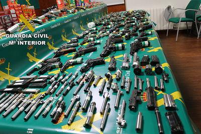 La Guardia Civil incauta 71 armas ilegales en un taller clandestino de Borox