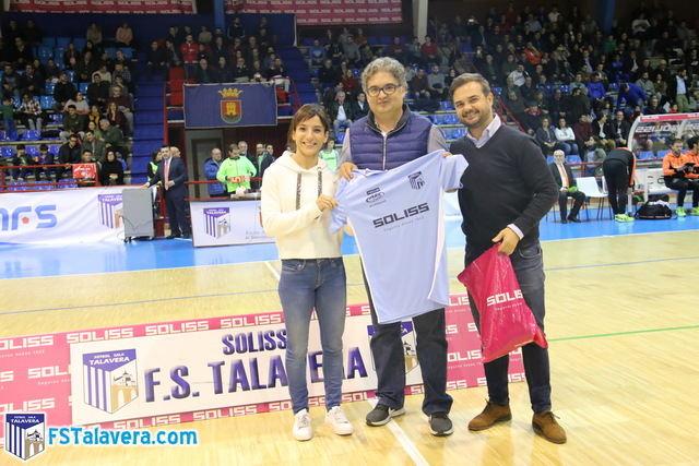 Sandra Sánchez recibió el cariño del Primero de Mayo en el homenaje que le tributó el Soliss FS Talavera