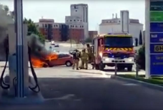 VIDEO | Impresionante incendio de un vehículo junto a una gasolinera en Talavera