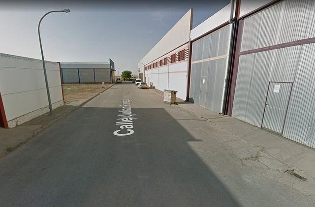 Imagen de la calle donde se ha producido el incendio que aún no se ha extinguido