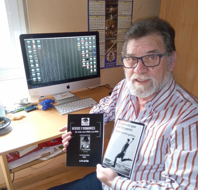 Igroso con las portadas de sus dos libros