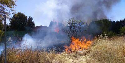 Peligroso incendio en una urbanización de Cazalegas
