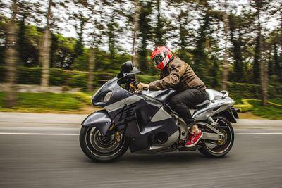 CUIDADO   Siete de cada diez moteros no saben que les pueden multar por llevar cámara en el casco de la moto
