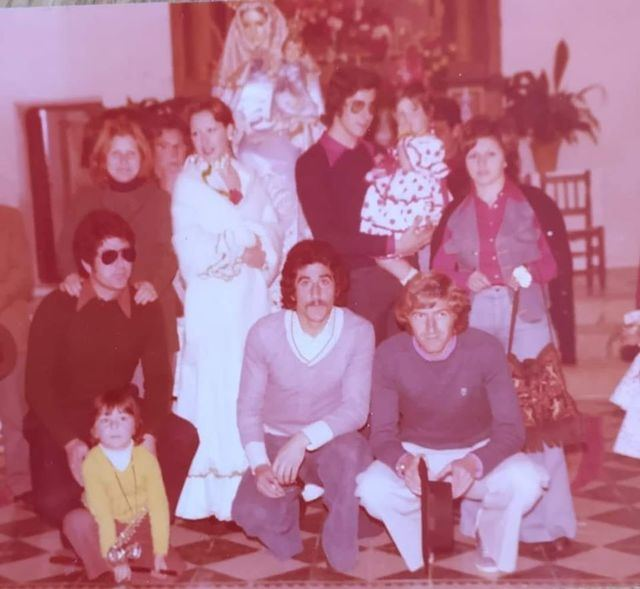 Jaime, Pedro y Goyo Benito y sus familias junto a la Virgen de la Bienvenida
