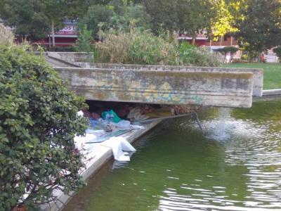 La lamentable imagen del Lago de la Alameda por una persona 'sin techo'