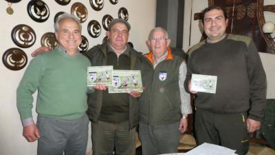 Los tres primero clasificados junto al delegado provincial de la federacio?n de caza en Ciudad Real, Manuel Aranda.