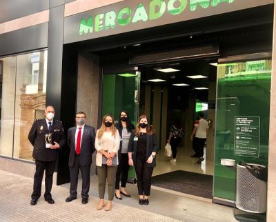 Carlos Ángel Devia visita el nuevo supermercado inaugurado en Talavera