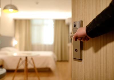 Los españoles son los europeos que más normas se saltan en los hoteles