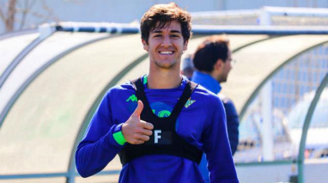 El joven jugador con la camiseta de entrenamiento del Real Betis