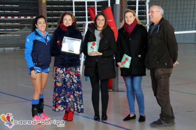 Entrega de la placa conmemorativa a la directora del colegio Juan Ramón Jiménez