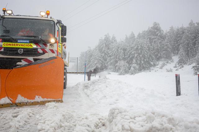Preparadas 728 quitanieves y 122.062 toneladas de fundentes ante las nevadas de este domingo y el lunes