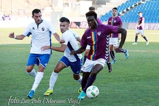 El jugador nigeriano con el escudo del Guadalajar