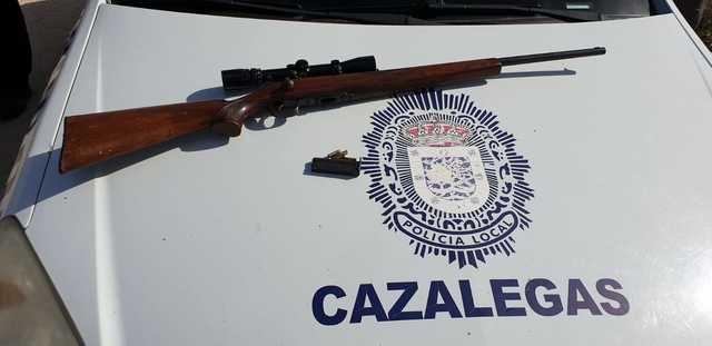 La Policía de Cazalegas interviene un rifle cargado, lo llevaba en el asiento del coche