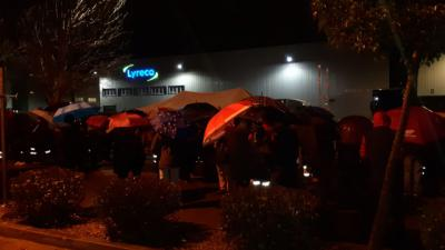 Cerca de 200 personas se suman bajo una intensa lluvia a la concentración de apoyo a los trabajadores de Lyreco-Alovera