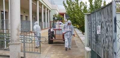 Operaciones de desinfección en las calles de la localidad.