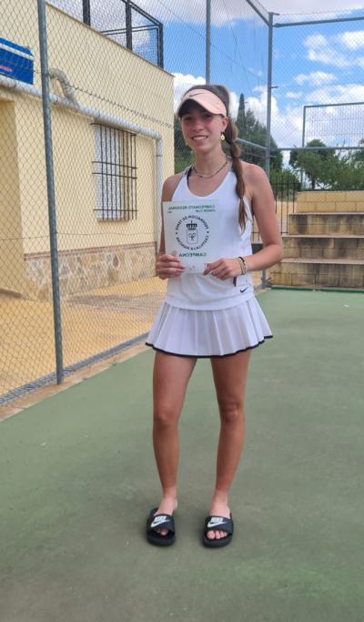 La talaverana Paula Moreno, la tenista con más trofeos regionales