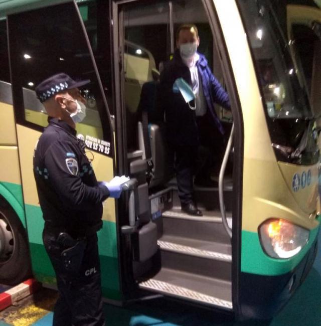 TALAVERA | La Policía Local ha estado repartiendo mascarillas durante toda la jornada del martes