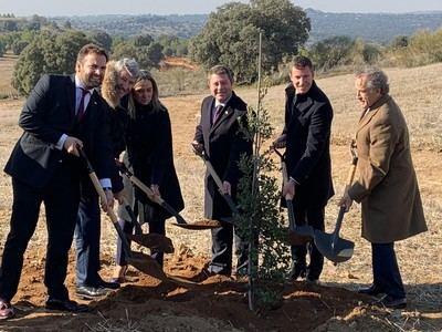 Puy du Fou planta una encina, en lugar de una primera piedra, en señal de ecologismo