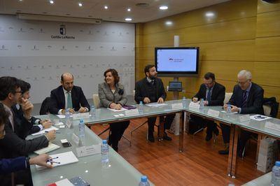 La Junta se reúne con representantes de Puy du Fou y del Banco Europeo de Inversiones