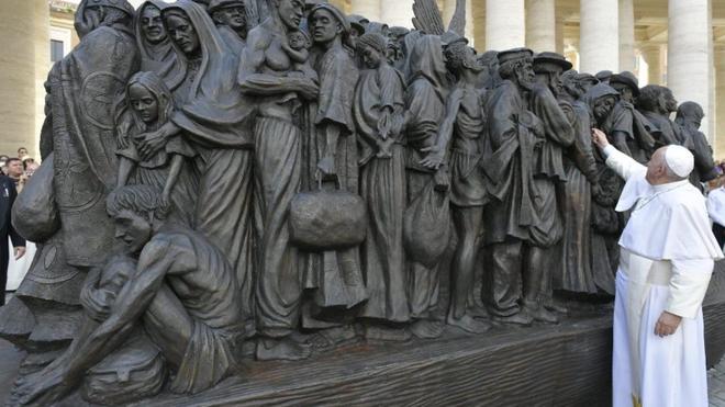El Papa y la escultura a los emigrantes y refugiados