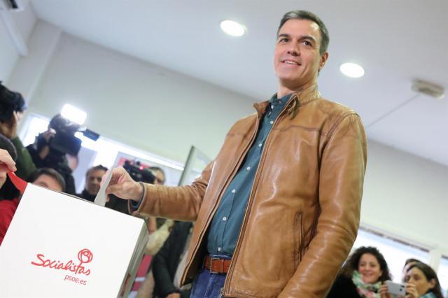 Pedro Sánchez ejerciendo su voto en la consulta a los militantes.