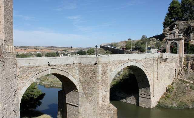 Cae un hombre desde el Puente de Alcántara en Toledo