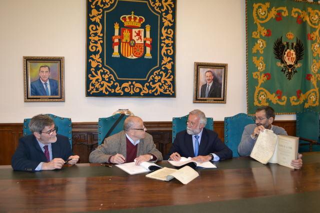 El Ayuntamiento recibe la donación de documentos de Ildefonso Fernández, autor de la 'Historia de Talavera'