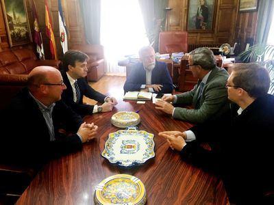 El alcalde y el concejal de Hacienda durante la reunión de trabajo con directivos de la empresa elparking