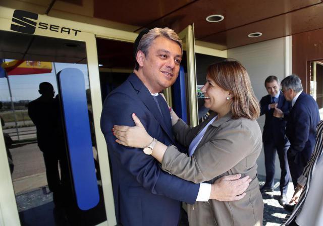 Luca de Meo recibe a Agustina García Élez a la entrada de la factoría de Martorell.