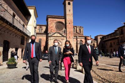 Page con miembros de su gobierno paseando por Sigüenza esta mañana