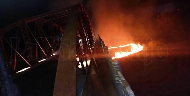 Un espectacular incendio se produce junto al Puente Reina Sof�a de Talavera