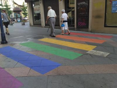 Un paso de cebra y un banco arcoíris para celebrar el orgullo gay