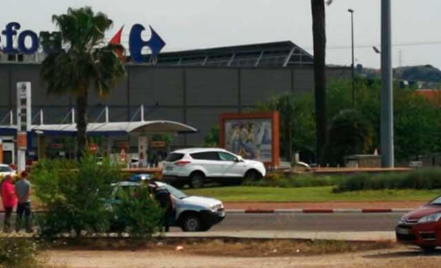 Un vehículo se sube a la rotonda junto al Centro Comercial
