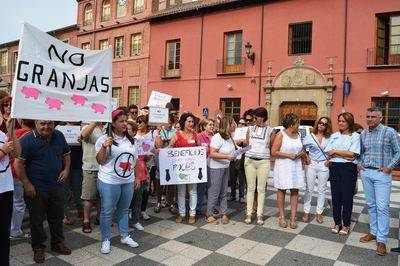 Gamonal presenta 2.355 firmas y 7 alegaciones para impedir la instalación de granjas porcinas