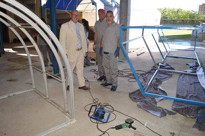 Arturo Castillo visitando a los trabajadores