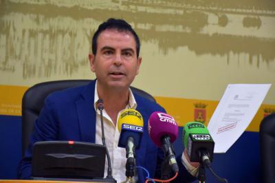 El portavoz socialista, José Gutiérrez, durante la rueda de prensa