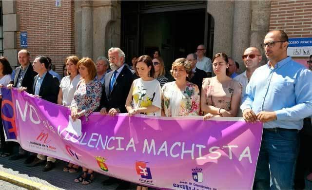Talavera guarda un minuto de silencio por las víctimas de violencia de género