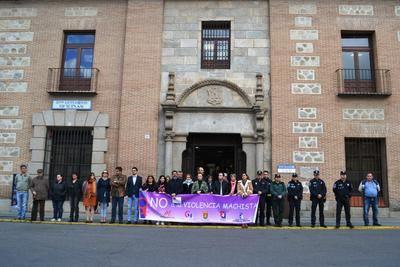 Talavera guarda un minuto de silencio por las 6 mujeres asesinadas en abril