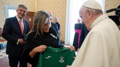 Milagros Tolón entrega la camiseta al Papa Francisco