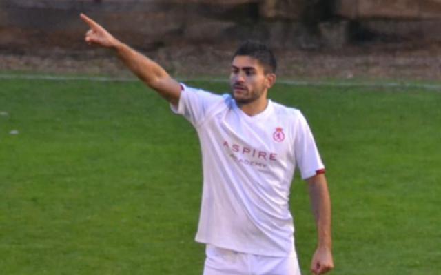 El joven jugador con el escudo de la CyD Leonesa