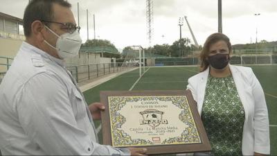 Tita entrega la placa que se pone hoy en juego a Javier Torija