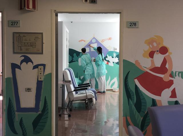 Murales terapéuticos inspirados en 'Alicia en el País de las Maravillas'