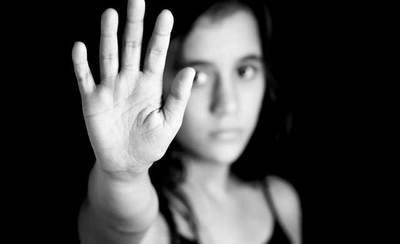 Absuelto de un delito de violación, detención ilegal y maltrato a su pareja
