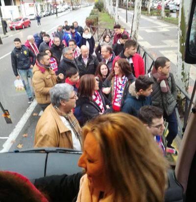 La peña talaverana del Atlético de Madrid anima a su equipo en el Wanda Metropolitano