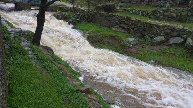 El agua vuelve a llenar y a desbordar a algunos ríos y arroyos de la comarca