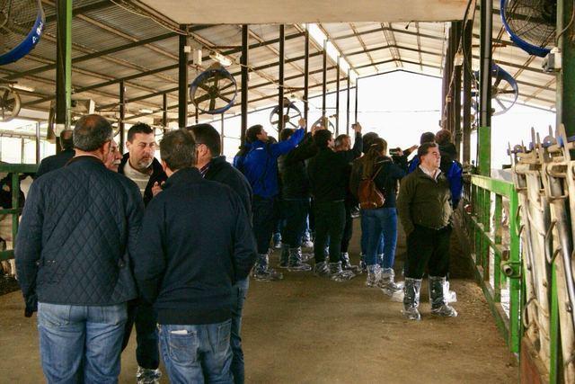 120 ganaderos y productores de leche se reúnen en Talavera la Nueva