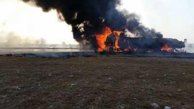 Arde un camión cargado de pacas en la carretera de Alcaudete de la Jara
