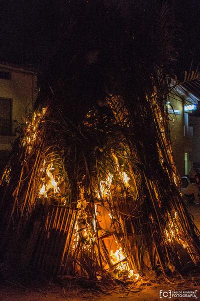 El tradicional encendido y quema de los Chozos de El Puente del Arzobispo ilumina el pueblo