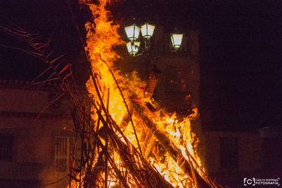 Así se quemaron los tradicionales Chozos de El Puente del Arzobispo. Este año fueron 115